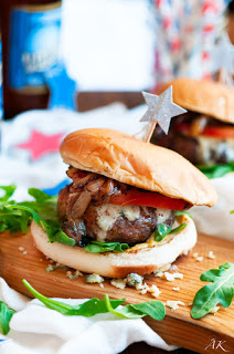 https://www.aberdeenskitchen.com/2015/06/4th-of-july-blue-cheese-burgers-with-caramelized-onion-and-arugula/